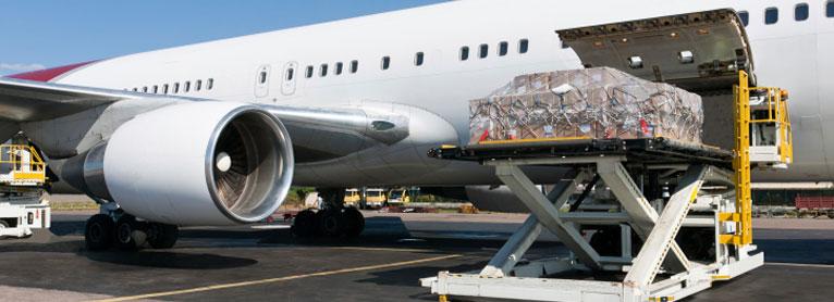 vracht laden in een vliegtuig met behulp van een hefwerktuig